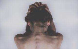 причина выпадения волос на голове у девушки