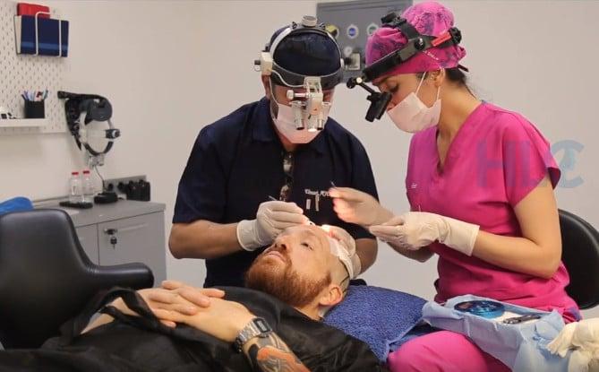 Фото из видео отзыва американца о трансплантации волос в Турции