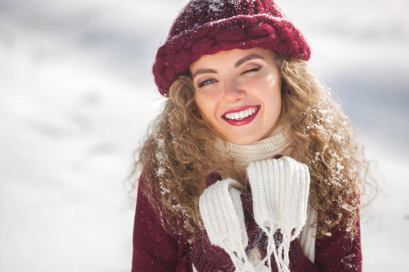 Ношение головного убора зимой влияет на волосы