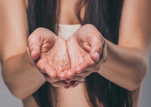 4 главных признака, что женщине необходима пересадка волос