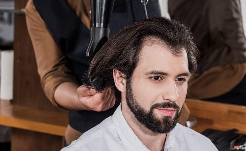 м-образный контур передней линии роста волос